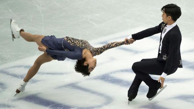 Le couple chinois Wenjing Sui (g) et Cong Han lors du programme court des Mondiaux de patinage artistique, le 20 mars 2019 à Saitama [Nicolas Datiche / AFP]