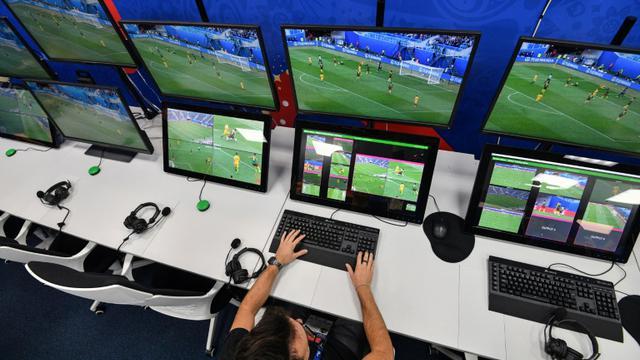Ecrans de contrôle utilisés pour l'l'assistance vidéo à l'arbitrage (VAR), lors du Mondial en Russie le 9 juin 2018 à Moscou [Mladen ANTONOV / AFP/Archives]