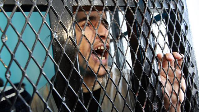 Un militant d'Al-Qaïda derrière les barreaux à Sanaa le 23 avril 2013 [Mohammed Huwais / AFP/Archives]