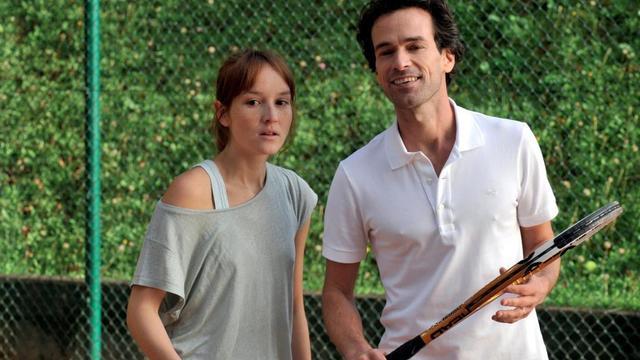"""Anaïs Demoustier et Romain Duris dans """"Une nouvelle amie"""", le nouveau film de François Ozon."""