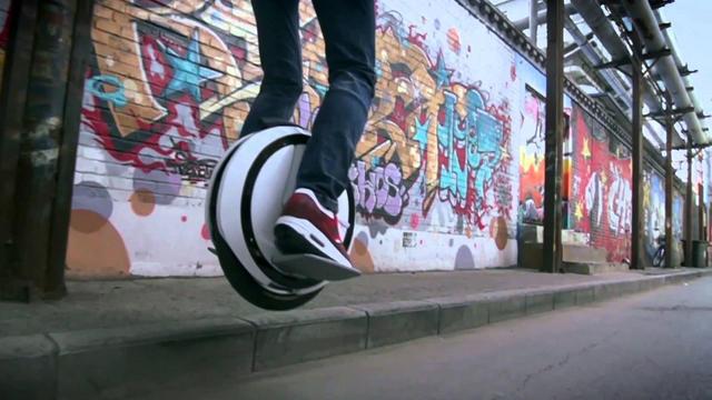 Ce monocycle électrique peut atteindre 20 km/h.