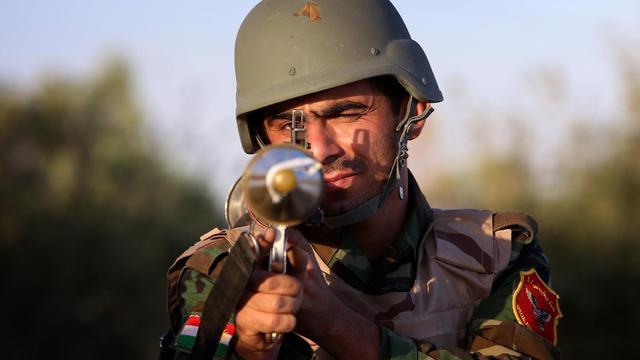 Un Peshmerga irakien sur la ligne de front à Makhmur, à environ 280 km au nord de Bagdad, lors d'affrontements avec des combattants de l'Etat islamique (EI) le 9 août 2014 [Safin Hamed / AFP/Archives]