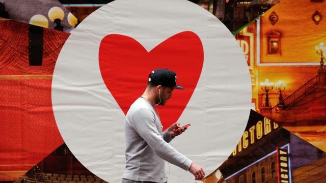 Un homme consulte son smartphone en marchant dans la rue, le 4 mars 2015 à New York [Jewel Samad / AFP/Archives]