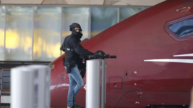 Un membre des unités spéciales de la police néerlandaise près d'un train Thalys dans la gare ecentrale de Rotterdam le 18 septembre 2015 [BAS CZERWINSKI / ANP/AFP/Archives]