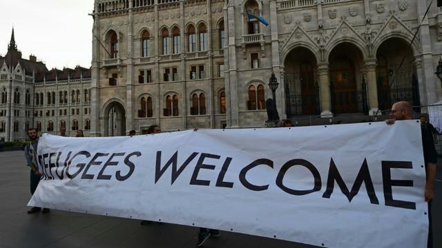Des manifestants tiennent une banderole 'Refugiés bienvenue' le 30 septembre 2016 à Budapest [ATTILA KISBENEDEK / AFP]