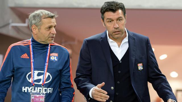 L'entraîneur de Lyon Hubert Fournier (d) et son adjoint Bruno Genesio, le 26 septembre 2015 à Bordeaux [NICOLAS TUCAT / AFP/Archives]