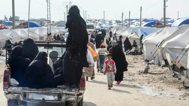 Des femmes voilées et des enfants dans le camp d'Al-Hol où vivent des familles de jihadistes de l'Etat islamique, le 28 mars 2019 dans le nord-est de la Syrie [GIUSEPPE CACACE / AFP/Archives]