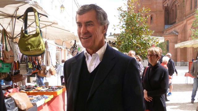 L'ancien ministre du Budget, Jérôme Cahuzac, sur le marché de Villeneuve-sur-Lot le 11 mai 2013 [Joelle Faure / La Dépêche du Midi/AFP/Archives]