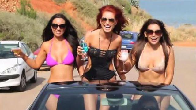 Des hôtesses de Ryanair en bikini.