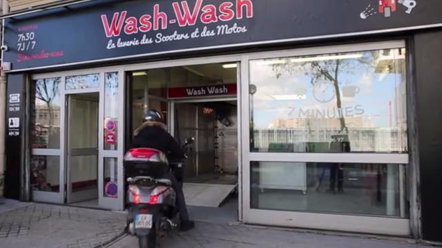 Wash-Wash est la première laverie automatique de motos et scooters à Paris
