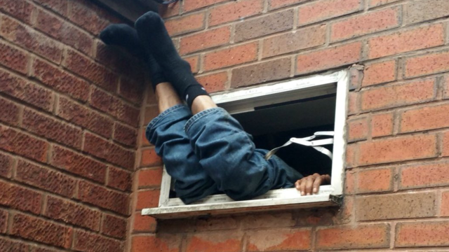 L'homme est resté coincé 7 heures dans cette position, avant d'être arrêté par la police.