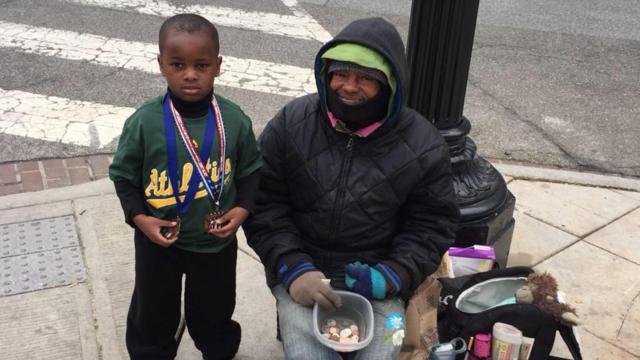 Chaque semaine, le petit garçon se rend auprès des sans-abri de sa ville.