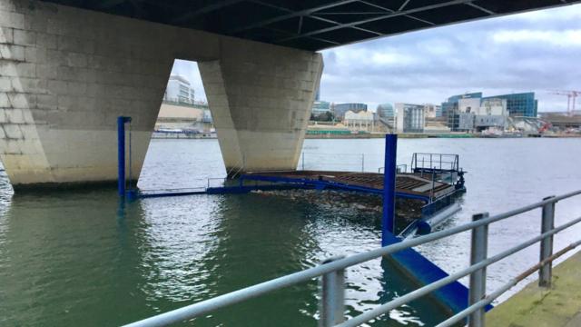 Ici, le barrage flottant de la Siaap est situé sous le pont du Garigliano, côté 16e. [© DR]