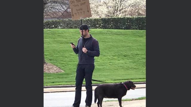 Grâce à sa patience, Jason a rassuré le maître de cette chienne perdue.