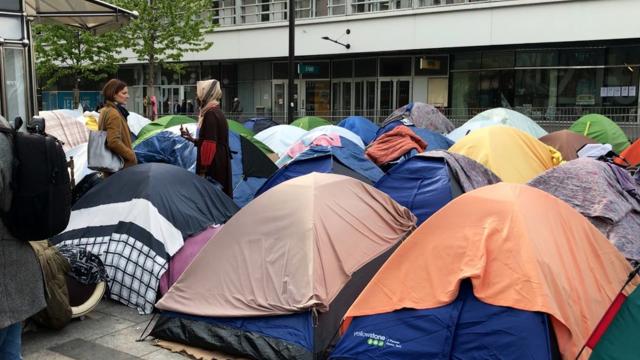 Une dizaine d'élus écologistes de gauche se sont rendus boulevard Macdonald (19e) auprès des migrants ce lundi 8 avril.