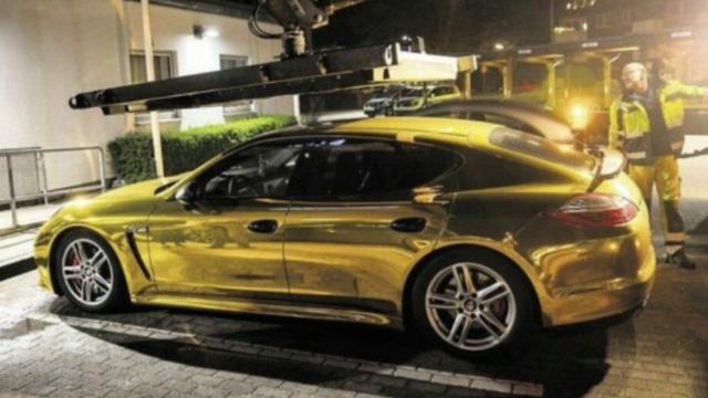 Les autorités lui auraient alors donné un avertissement car la couleur de son véhicule a de fortes chances d'éblouir les autres conducteurs sur la route.