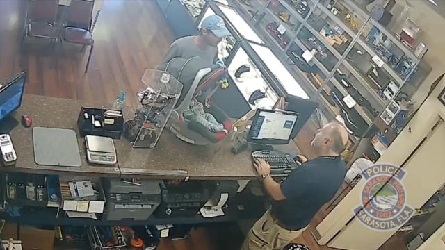 Très vite, le vendeur a contacté la police après le départ du suspect, expliquant qu'un homme lui avait demandé s'il pouvait mettre son bébé en gage.