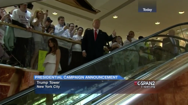 Trump dans les désormais célèbres escalators de la Trump Tower à New York