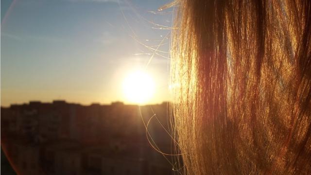 Pour en finir avec la casse et le dessèchement, découvrez nos conseils pour protéger vos cheveux du soleil naturellement tout l'été.