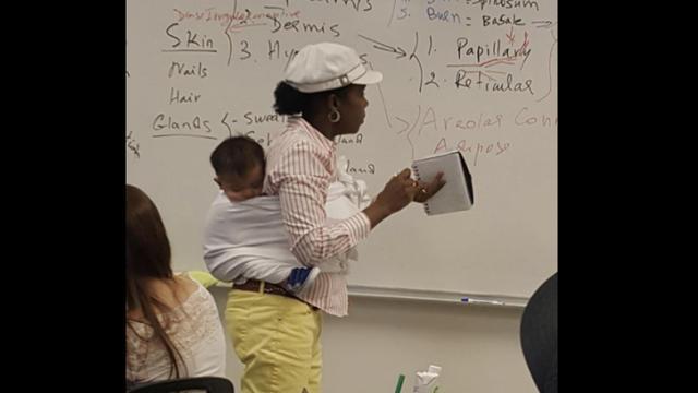 Pendant trois heures, Ramata Sissoko Cissé a tenu sur son dos, grâce à une écharpe de portage, le jeune enfant.