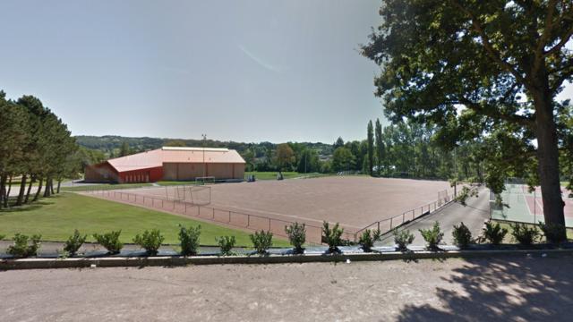 Sans éclairage, le vieux terrain de foot en terre de Saint-Denis-de-Cabanne est devenu trop dangereux pour les joueurs.