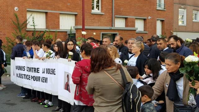La marche blanche a pris fin devant le gymnase Jean-Jaurès aux Lilas, où Kewi a été poignardé.