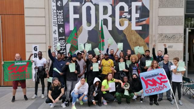 Les salariés du magasin Nike des Champs-Elysées en grève depuis une semaine.