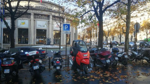Par manque de place, les scooters et motos sont de plus en plus nombreux à se garer sur les trottoirs ou sur les emplacements réservés aux vélos.