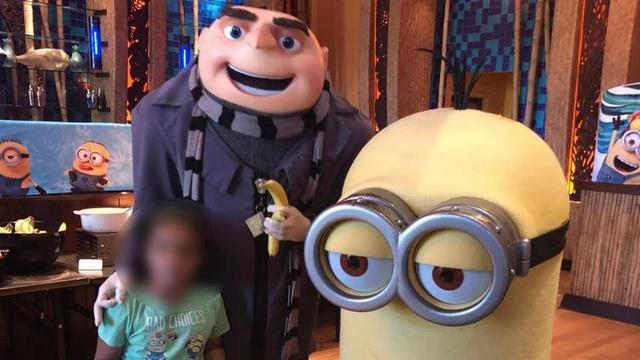 L'employé, déguisé en Gru, a ostensiblement fait un rond avec ses doigts, représentant le symbole suprémaciste «OK», alors qu'il posait avec une petite fille métisse de 6 ans.