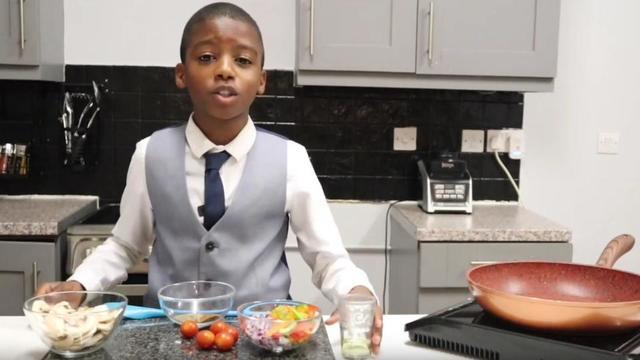 Omari McQueen, 11 ans, a sa chaîne YouTube de conseils culinaires, suivie par plus de 1.000 personnes.