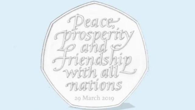 La pièce de 50 pence devait porter le message «Paix, prospérité et amitié avec toutes les nations», avec la date du 31 octobre.
