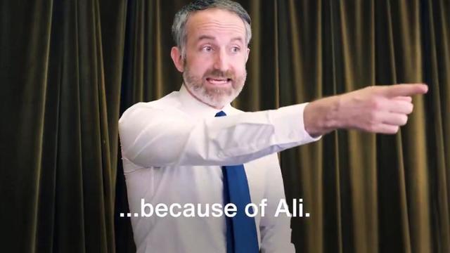 Dans une vidéo de campagne, le Labour caricature un candidat conservateur, qui rejette tous les problèmes sur un immigré, du nom d'Ali.