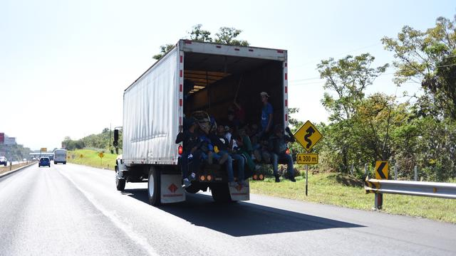 Des migrants honduriens se rendent aux États-Unis à bord d'un camion à 50 km au sud de la ville de Guatemala, le 17 janvier 2019.