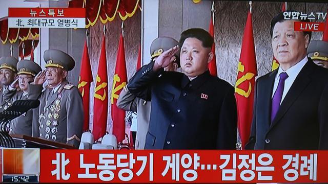 Capture d'écran réalisée le 10 octobre 2015 d'une vidéo de la chaîne de télévision Yonhap News TV à Séoul montrant Kim Jong-Un (C) pendant une cérémonie marquant le 70e anniversaire à Pyongyang [Yonhap / YONHAP/AFP]
