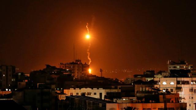 Des bombes éclairantes lancées par des avions de guerre israéliens sur la bande de Gaza le 12 novembre 2018 [MAHMUD HAMS / AFP]