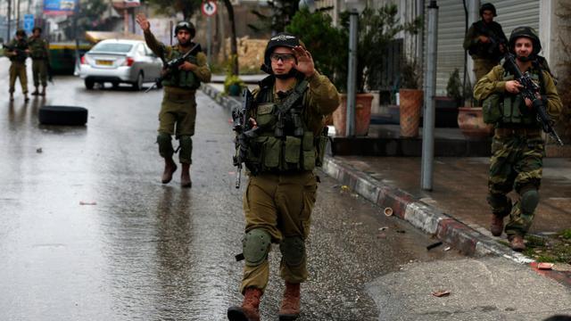 Les forces de sécurité israéliennes le 6 novembre 2015 à Hébron [AHMAD GHARABLI / AFP/Archives]