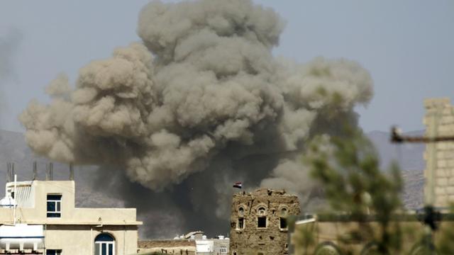 De la fumée au-dessus de la ville de Sanaa après une frappe aérienne de la coalition arabe, le 29 septembre 2015 au Yémen [MOHAMMED HUWAIS / AFP]