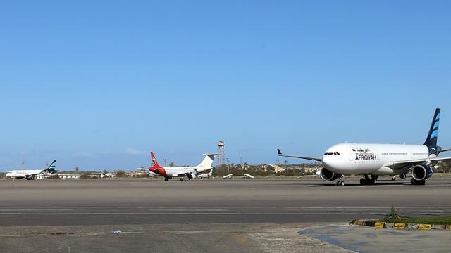 Une photo prise le 8 avril 2019 montre des avions stationnés sur le tarmac de l'aéroport Mitiga dans la capitale libyenne Tripoli   [Mahmud TURKIA / AFP/Archives]