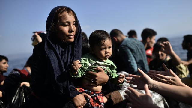 Des migrants et réfugiés, partis de Turquie, arrivent sur l'île grecque de Lesbos, le 5 octobre 2015 [ARIS MESSINIS / AFP]