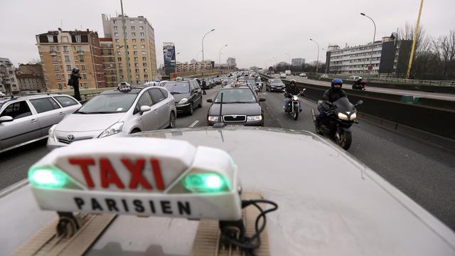 Des taxis  manifestent le 10 janvier 2013 à Paris.