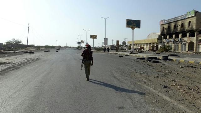 Photo d'un combattant yéménite des forces progouvernementales sur une route de Hodeida, dans l'ouest du Yémen, aux mains des rebelles Houthis, le 15 décembre 2018 [- / AFP]