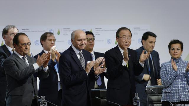 François Hollande, Laurent Fabius et Ban Ki-moon à la clôture de la COP21 à Paris, le 12 décembre 2015 [MIGUEL MEDINA / AFP/Archives]