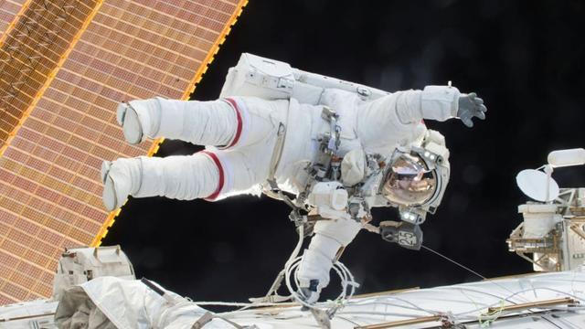 Image fournie par la Nasa le 22 décembre 2015 montrant le commandant américain de l'expédition 46 Scott Kelly lors d'une sortie la veille dans l'espace hors de la Station spatiale internationale [ / NASA/AFP/Archives]