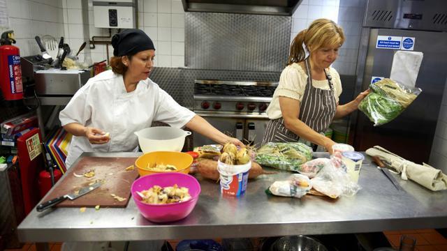 La Péruvienne Marlith Tenazoa Del Aguila (g) et la Brésilienne Roberta Siao cuisinent dans le restaurant Mazi Mas restaurant à Kennington, dans le sud de Londres, le 17 septembre 2015 [NIKLAS HALLE'N / AFP]