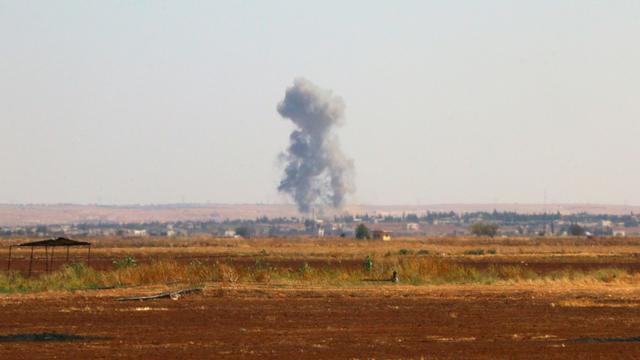De la fumée s'élève aux abords de la ville de Marea, un bastion rebelle que le groupe EI tente de prendre, près d'Alep, en Syrie, le 1er septembre 2015 [ZAKARIYA AL-KAFI / AFP/Archives]