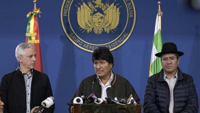 Le président bolivien Evo Morales (c) lors d'une conférence de presse le 9 novembre 2019 à El Alto, aux côtés du vice-président Alvaro Garcia Linera (g) et du ministre des Affaires étrangères Diego Pary (d) [Freddy ZARCO / Bolivian Presidency/AFP]