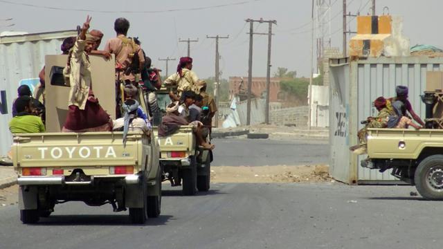 Des forces progouvernementales yéménites circulant le 10 novembre 2018 à la lisière Est de la ville de Hodeida dans le cadre d'une offensive qui s'intensifie pour reprendre cette ville portuaire aux rebelles Houthis [STRINGER / AFP]
