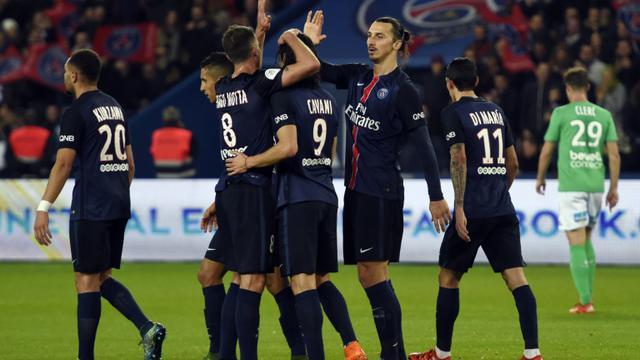 Les joueurs du PSG se congratulent après le but de Zlatan Ibrahimovic contre Saint-Etienne, le 25 octobre 2015 au Parc des Princes [MIGUEL MEDINA / AFP]