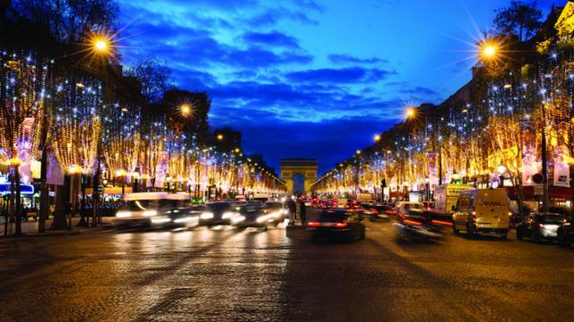 L'entreprise Blachère, labellisée Entreprise du Patrimoine Vivant (EPV), est chargée de l'illumination des Champs-Elysées.