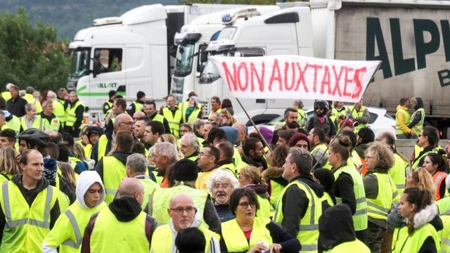Des gilets jaunes bloquent la circulation près de la frontière avec l'Espagne, le 17 novembre 2018 au Boulou [RAYMOND ROIG / AFP]